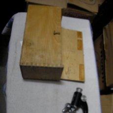 Antigüedades: ANTIGUO MICROSCOPIO EN SU CAJA Y ACCESORIOS DIVERSOS. Lote 163070390