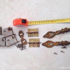 Antigüedades: LOTE TIRADOR ARMARIO CAJON BRONCE, BOCALLAVES Y BISAGRAS EN BRONCE. Lote 163672982