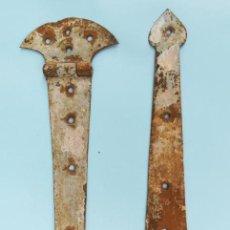Antigüedades: ANTIGUA PAREJA DE BISAGRAS DE HIERRO FORJADO PARA VENTANA. (CON REGALO). Lote 163744238
