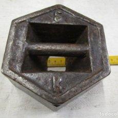 Antigüedades: PONDERAL PESA DE BALANZA 5 KILOS, LASTRADA CON PLOMO, LIMPIA, SIN OXIDOS + INFO. Lote 163754350