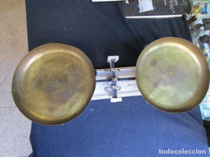 Antigüedades: BALANZA TENDERA DE 10 KILOS, PLATOS DE METAL, DOS FIELES INVERTIDOS, RARA+ INFO - Foto 3 - 163756562