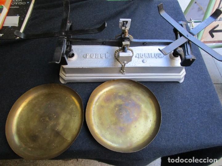 Antigüedades: BALANZA TENDERA DE 10 KILOS, PLATOS DE METAL, DOS FIELES INVERTIDOS, RARA+ INFO - Foto 4 - 163756562