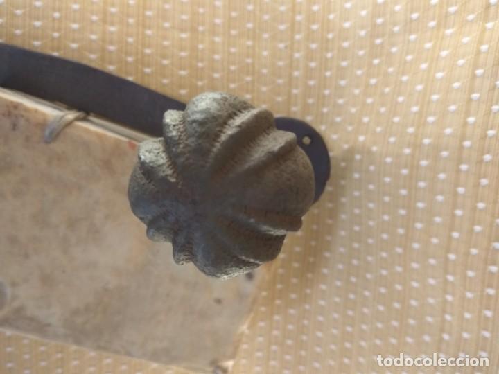PESTILLO- TIRADOR DE PUERTA, CASTELLANO, SIGLO XVII (Antigüedades - Técnicas - Cerrajería y Forja - Pestillos Antiguos)