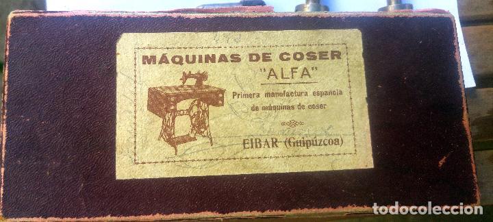 CAJA CON REPUESTOS PARA MÁQUINA DE COSER ALFA (Antigüedades - Técnicas - Máquinas de Coser Antiguas - Alfa)