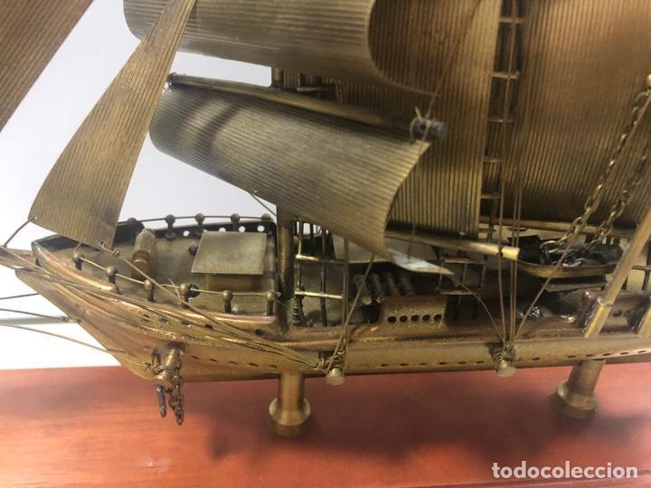 BARCO DE METAL CON PEANA DE MADERA. JUAN SEBASTIAN EL CANO. VER FOTOS 30X39 CM APROX. (Antigüedades - Antigüedades Técnicas - Marinas y Navales)