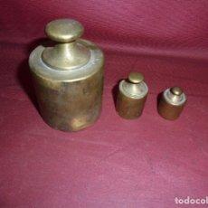 Antigüedades: MAGNIFICAS 3 PESAS ANTIGUAS EN BRONCE. Lote 163997138