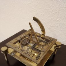 Antigüedades: ANTIGUO RELOJ SOLAR Y BRÚJULA EN BRONCE MARCA WEST LONDON. Lote 164140606