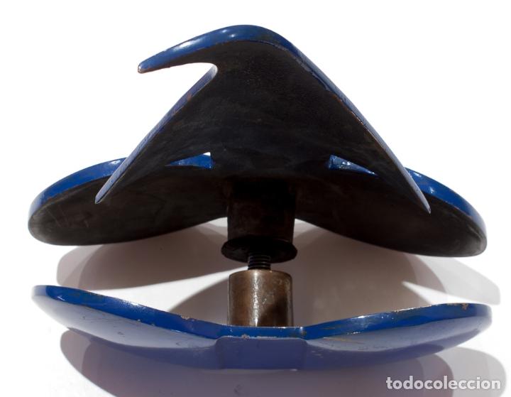 Antigüedades: TIRADOR DE PUERTA CON EL LOGO DE PINGOUIN ESMERALDA. LOGROÑO. EN BRONCE Y LACADO EN AZUL - Foto 6 - 164613010