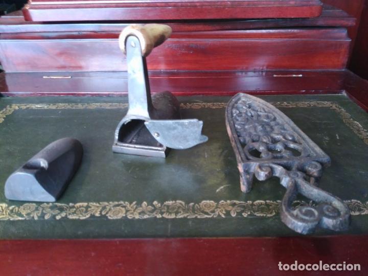 Antigüedades: ANTIGUA PLANCHA S. XIX PEQUEÑA 11 cm PARA PUÑOS O CUELLOS PERFECTA RARA CON PIE - Foto 5 - 164688174