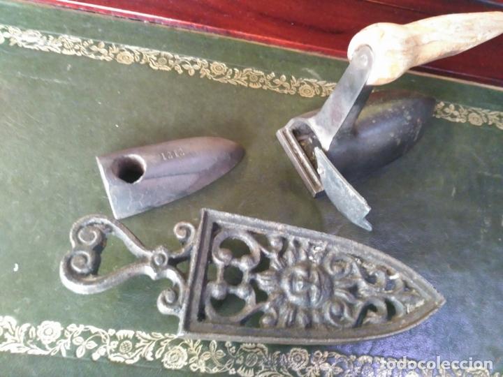 Antigüedades: ANTIGUA PLANCHA S. XIX PEQUEÑA 11 cm PARA PUÑOS O CUELLOS PERFECTA RARA CON PIE - Foto 2 - 164688174