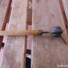 Antigüedades: DOSIFICADOR CUENTA GOTAS O SIMILAR EN MADERA Y METAL OIDO. Lote 164711946