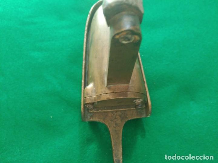 Antigüedades: RARA Y ANTIGUA PLANCHA PEQUEÑA LATÓN , CON POSA PLANCHA PESO 1090 gm - Foto 6 - 164736102