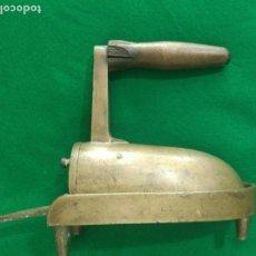 Antigüedades: RARA Y ANTIGUA PLANCHA PEQUEÑA LATÓN , CON POSA PLANCHA PESO 1090 GM . Lote 164736102
