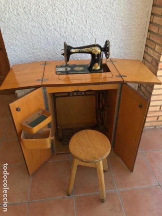 Antigüedades: Máquina de Coser Singer N.15 Con Mueble y Taburete. Año 1916 - Foto 17 - 164831774
