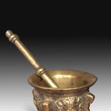Antigüedades: MORTERO DECORADO CON COSTILLAS Y MÁSCARAS, CON MAZA. BRONCE. SIGLO XVII.. Lote 165951214
