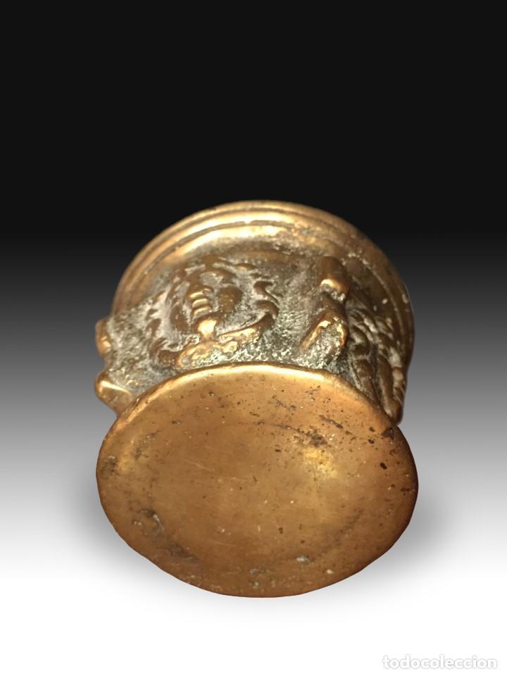 Antigüedades: Mortero decorado con costillas y máscaras, con maza. Bronce. Siglo XVII. - Foto 3 - 165951214