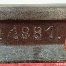 Antigüedades: FERROCARRIL. RIEL DE VIA FÉRREA. ACERO DE FUNDICIÓN. TRAMO DATADO DE 1881.. Lote 165965674