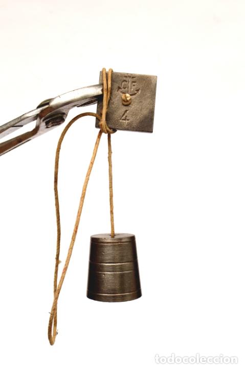 Antigüedades: PLOMADA DE HIERRO RARA CON MARCAS Y NÚMEROS DE 4,5 CM POR 4, CON CORDEL 84 CM - Foto 2 - 166085350