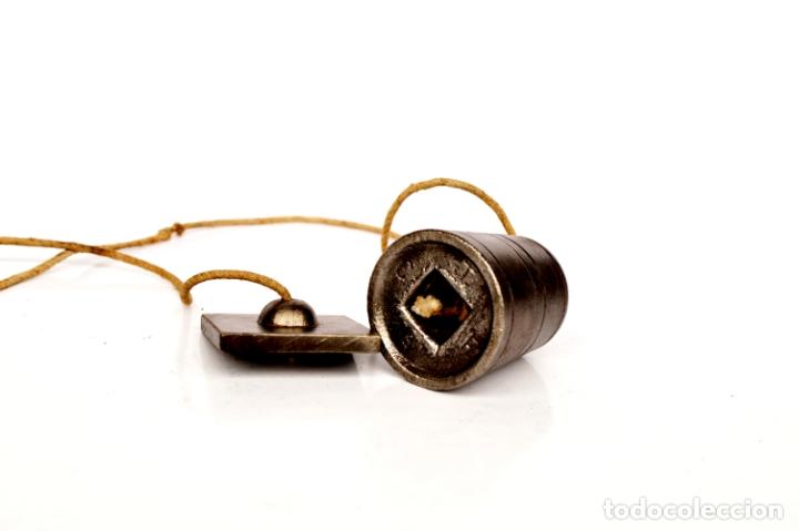 Antigüedades: PLOMADA DE HIERRO RARA CON MARCAS Y NÚMEROS DE 4,5 CM POR 4, CON CORDEL 84 CM - Foto 3 - 166085350