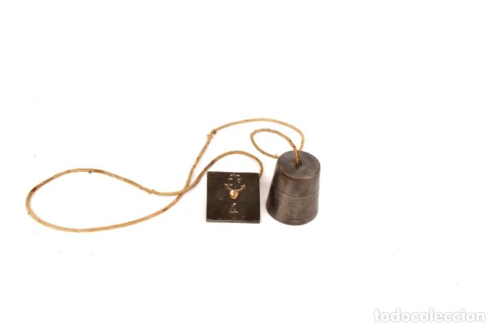 PLOMADA DE HIERRO RARA CON MARCAS Y NÚMEROS DE 4,5 CM POR 4, CON CORDEL 84 CM (Antigüedades - Técnicas - Herramientas Profesionales - Albañileria)