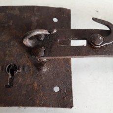 Antigüedades: MUY ANTIGUA CERROJO CERRADURA FORJA PARA ATRANCAR GRANDES PUERTAS. Lote 166092617