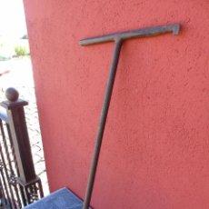 Antigüedades: GRAN LLAVE DE HIERRO FORJADO, PARA EL AGUA, ALCANTARILLADO. FONTANERÍA. Lote 166108550