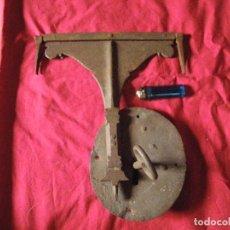Antigüedades: MUY ANTIGUA CERRADURA DE FORJA CON ALDABA ,DE GRAN TAMAÑO MUY TRABAJADA VER . Lote 166717350
