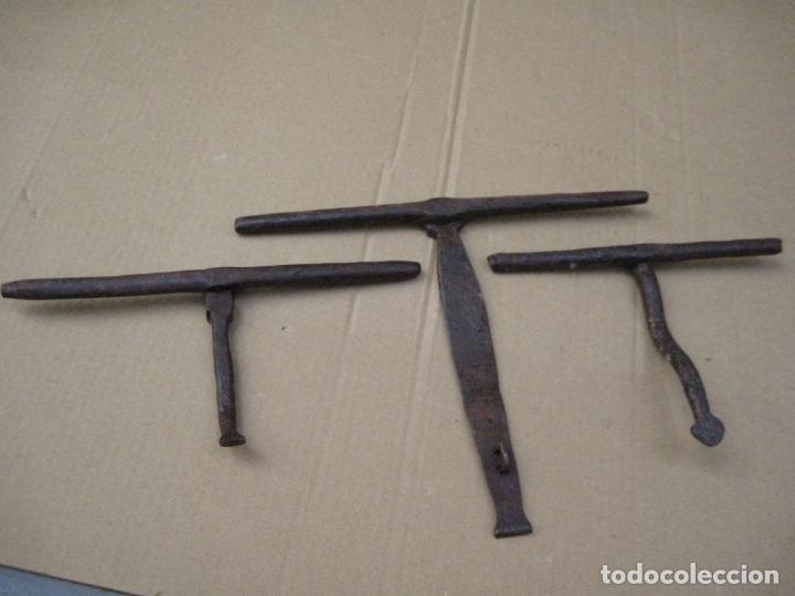 Antigüedades: LOTE DE TRES CERROJOS ANTIGUOS EN HIERRO FORJADO. - Foto 2 - 166820466