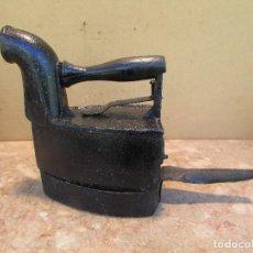 Antigüedades: PLANCHA BRASAS ANTIGUA EN HIERRO FUNDIDO CON POSAPLANCHAS. Lote 166979204