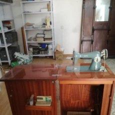 Antigüedades: MÁQUINA DE COSER ALFA CLASSIC, CON MUEBLE.. Lote 167006268