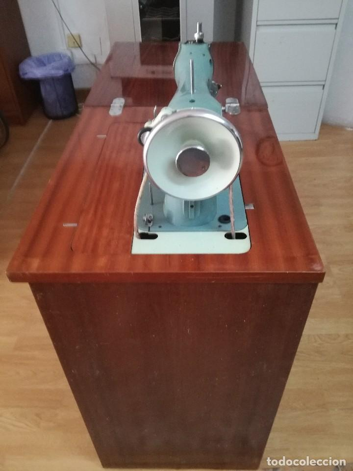 Antigüedades: Máquina de coser Alfa Classic, con mueble. - Foto 2 - 167006268