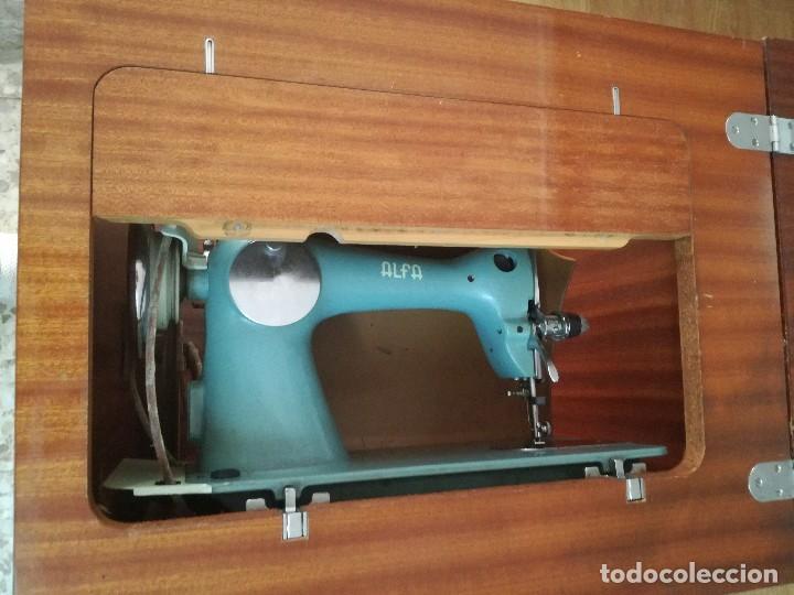 Antigüedades: Máquina de coser Alfa Classic, con mueble. - Foto 4 - 167006268