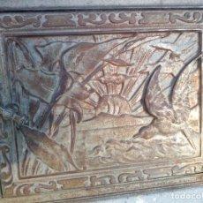 Antigüedades: ANTIGUA PUERTA DE CHIMENEA EMPOTRADA DE HIERRO FUNDIDO CON DIBUJO FAISANES,SIGLO XIX. Lote 167182748