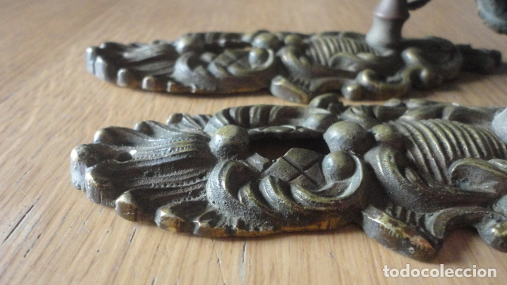 Antigüedades: ANTIGUA PAREJA DE TIRADORES CON BOCALLAVES.LATON FUNDIDO AÑOS 20. - Foto 10 - 167601628