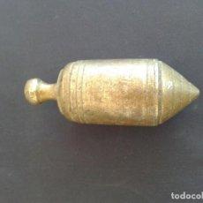 Antigüedades: ANTIGUA PLOMADA O NIVEL DE ALBAÑIL EN BRONCE. Lote 168088980
