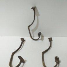 Antiquités: TRES ANTIGUAS PERCHAS DE BRONCE PARA ROPA Y SOMBREROS. CONSERVAN SU PÁTINA.. Lote 168189325