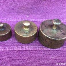 Antigüedades: JUEGO DE 3 PESOS ANTIGUAS EN BRONCE. AÑOS 1850. Lote 186418152