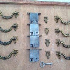 Antigüedades: CONJUNTO DE HERRAJES BRONCE ANTIGUOS, COMPLETOS Y CALIDAD, TIRADOR, BOCALLAVE, CERRADURA, LLAVE. Lote 168421632