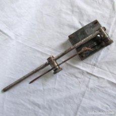 Antigüedades: DOBLADOR MECÁNICO DE CLAVOS O VARILLAS. Lote 168748516