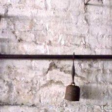 Antigüedades: ROMANA DE 2 ESCALAS 80 CM. CON SU PILÓN O CONTRAPESO. Lote 169221640