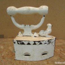 Antigüedades: PLANCHA PARA BRASAS ANTIGUA. DISTINTA. SE ABRE POR UN PASADOR DELANTERO. PINTADA. Lote 169376008