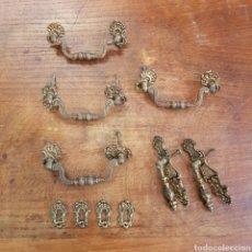 Antigüedades: COMPLETO JUEGO DE TIRADORES Y BOCALLAVES EN BRONCE. Lote 169430301
