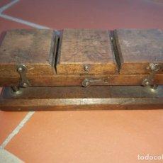 Antigüedades: EMPALMADORA PATHE BABY DE MADERA, LA ORIGINAL. Lote 169449476