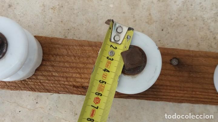 Antigüedades: Antiguas 9 jicaras aislantes de porcelana instalación eléctrica ceramica blanca palo liston madera - Foto 2 - 169655576