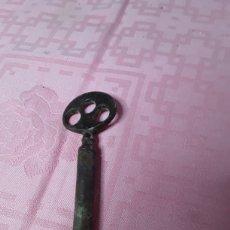 Antigüedades: LLAVE MUY ANTIGUA DE FORJA. Lote 169992877