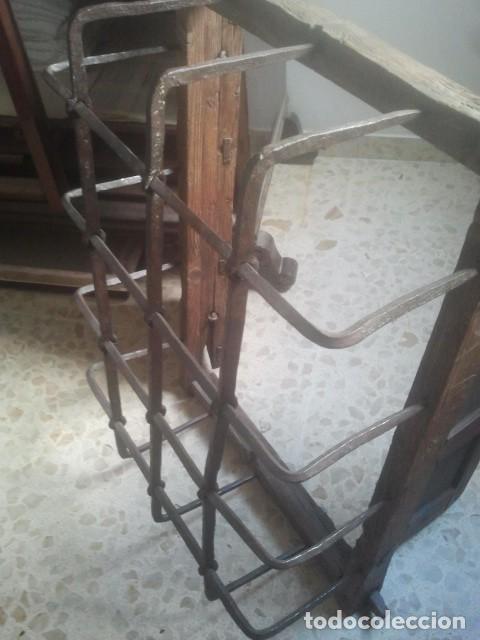 Antigüedades: MARAVILLOSA REJA CASTELLANA EN HIERRO DE FORJA VOLADA - CON SU MARCO Y PORTEZUELAS - SIGLO XVII - Foto 6 - 170001740