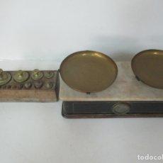 Antigüedades: ANTIGUA BALANZA DE TIENDA - BASCULA MÁRMOL - CON PESAS DE BRONCE DE 2 KG - SELLO 1949. Lote 170072632