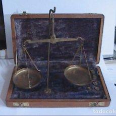 Antigüedades: EXCELENTE ESTUCHE CON BALANZA ANTIGUA PARA PESAR ORO Y CON 9 PONDERALES.. Lote 170350208