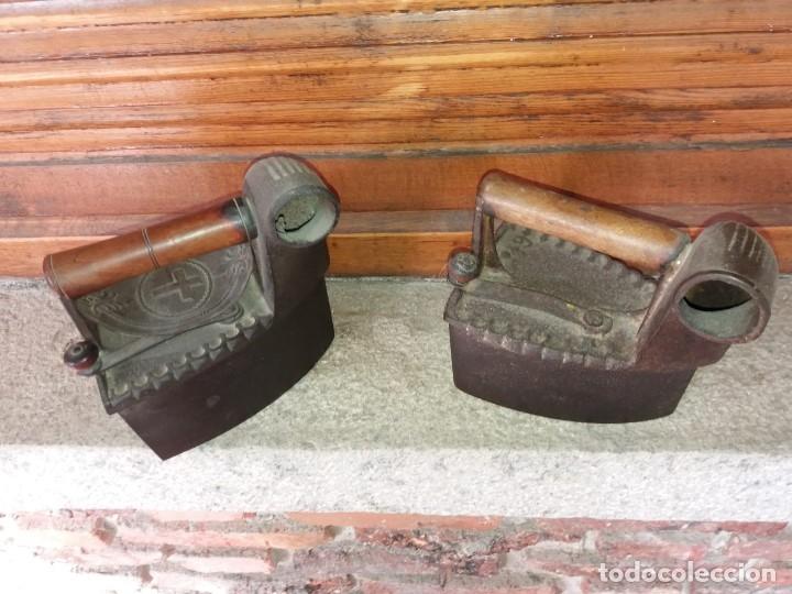 PLANCHAS (2 UDS) DE CARBON CON CHIMENEA (Antigüedades - Técnicas - Planchas Antiguas - Carbón)