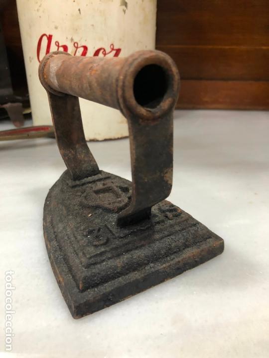 Antigüedades: ANTIGUA PLANCHA DE HIERRO CON INICIALES GRABADAS EN RELIEVE - MEDIDA 13X10 CM - Foto 3 - 170773365